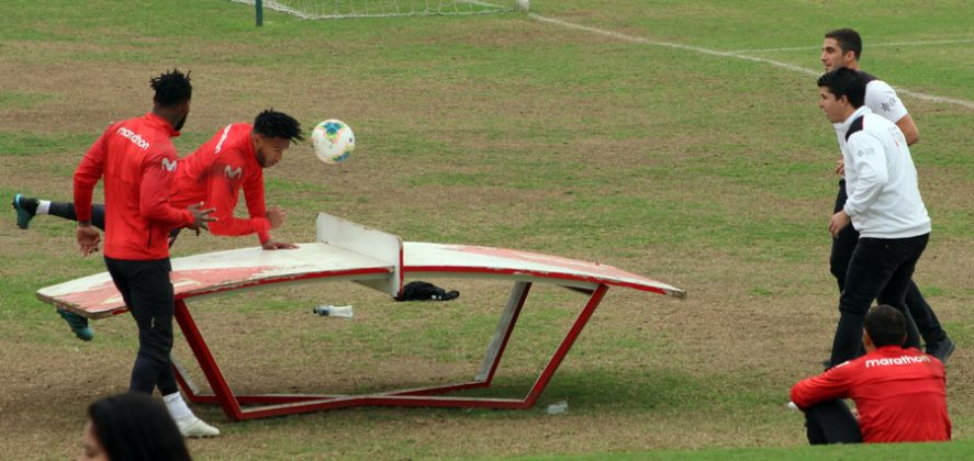 Retaron en el tenis.- La emoción de estar en la sede de entrenamiento de la selección peruana contagió a Martínez (oro en frontón) y Pacheco (Tiro, modalidad skeet) quienes se animaron a retar a los futbolistas de la bicolor a un partido de fútbol tenis en la mesa.