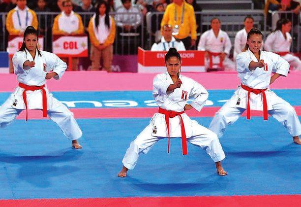 SAIDA SALCEDO, ANDREA ALMARZA Y SOL ROMANÍ (Equipo femenino Kata) El trió femenino alcanzó la presea tras finalizar segundo en su grupo y después del W.O de Costa Rica, que no se presentó a la zona de competencia. Como las peruanas quedaron segundas en su grupo, no tenían rival para la disputa de la medalla de bronce, se quedaron con ella.