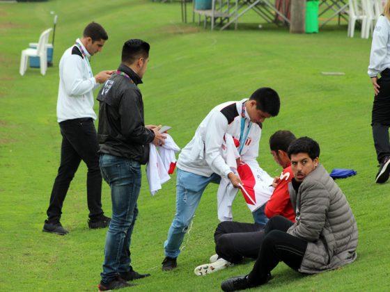 Se aseguraron con las firmas.- Un grupo de los medallistas no desaprovecharon el momento y llevaron sus camisetas para hacerlos firmar por los jugadores de la Selección Peruana.