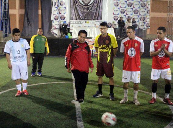 El ingeniero Eduardo Ramírez del Colegio de Ingenieros dando el play de honor - Copa Todo Sport