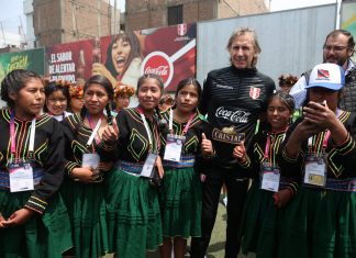 Gareca recibió a chicas del fútbol femenino aymaras, sawi, awajún y quechuas