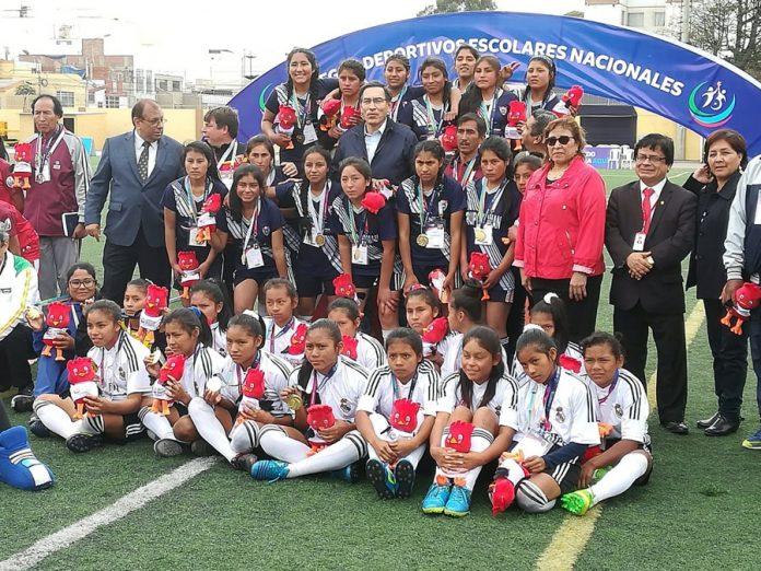 Presidente Martíu Vizcarra les dio medalla de oro en Juegos Escolares a los colegios N° 64553 de Chocoriari del Cusco y el Leoncio Prado de Andahuaylas-Apurímac