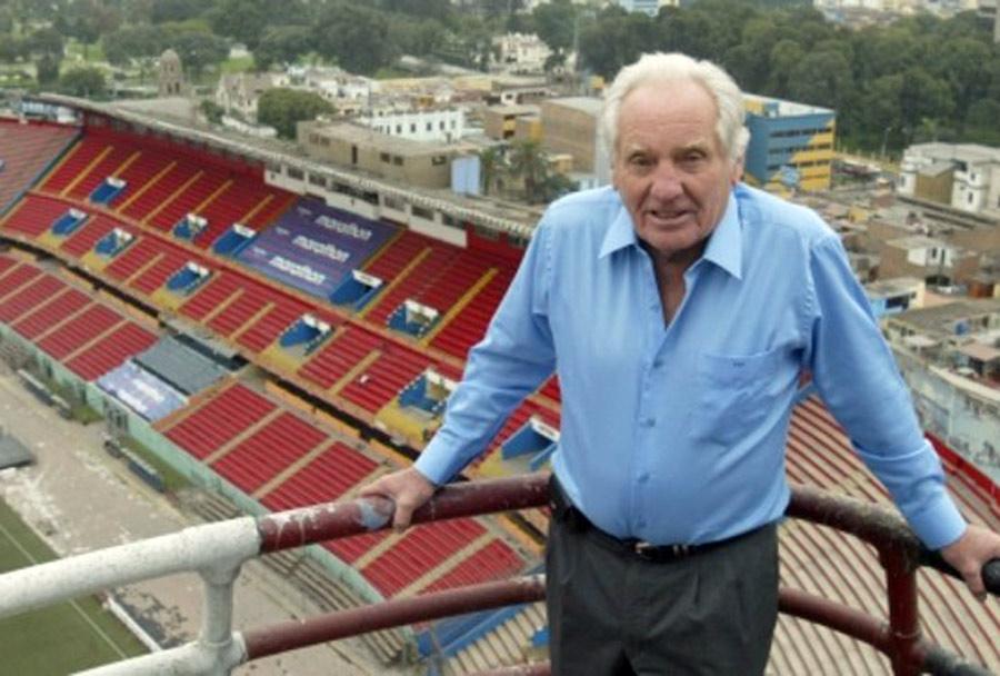 Arturo Woodman en el Estadio Nacional cuando era jefe del IPD