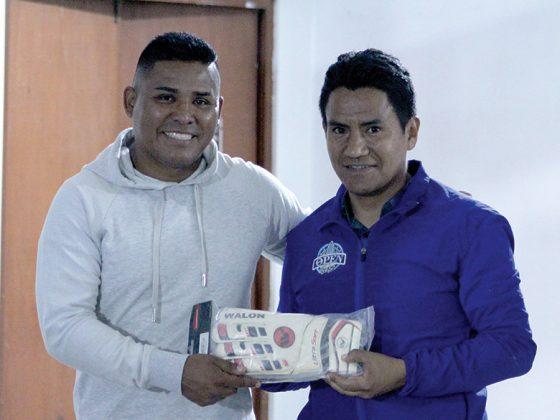Augusto Muñoz, el Mejor Arquero recibe sus jefa de Marketing de Todo Sport guantes WALON de manos de Mario Miranda - Copa Todo Sport