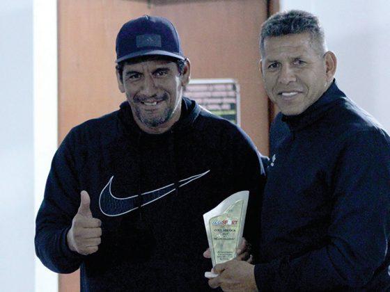 Carlos Soto, el Mejor Jugador recibe su plaque de manos del Puma Carranza - Copa Todo Sport