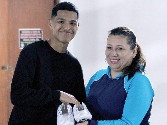 John Hinostroza, el goleador, recibe sus botines WALON de manos de Alicia Arista, jefa de Marketing de Todo Sport - Copa Todo Sport