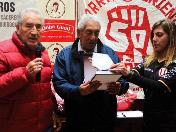 Raúl Dreyffus recibe su plaqueta de manos de la colega Carolina Dávila y de José Fernández.