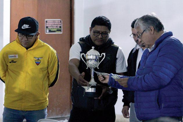 Renzo Ayala de Reumasol recibe el trofeo y los 500 dólares de premio - Copa Todo Sport