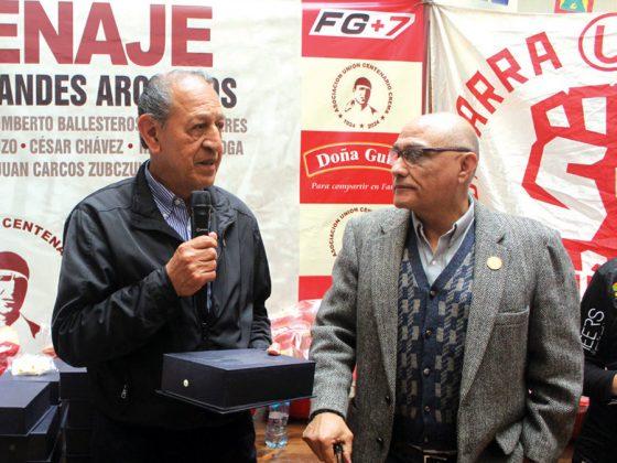 Rubén Correa recibe su premio de manos de Moe
