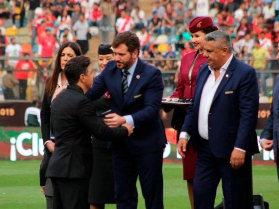 El presidente Conmebol, Alejandro Domínguez, premió a Gallardo, quien reconoció su derrota.