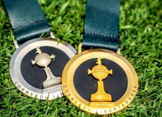 Mmedallas de oro y plata que entregará la Confederación Sudamericana de Fútbol