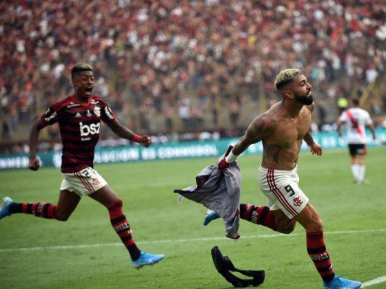 Preciso momento en el que Gabigol anota el segundo gol y sentencia el triunfo del 'Mengao'. El atacante vio la roja, se fue expulsado.