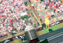 Se mira y no se toca. La Copa Libertadores lució hermosa en medio del Monumental, por primera vez los hinchas peruanos vieron de cerca el trofeo.