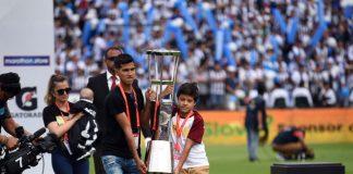 La Copa llegó al estadio Matute, y fueron los hijos de Juan Pablo Vergara los que la trajeron. La familia de 'Juanpi', quien falleció hace poco, recibió un reconocimiento