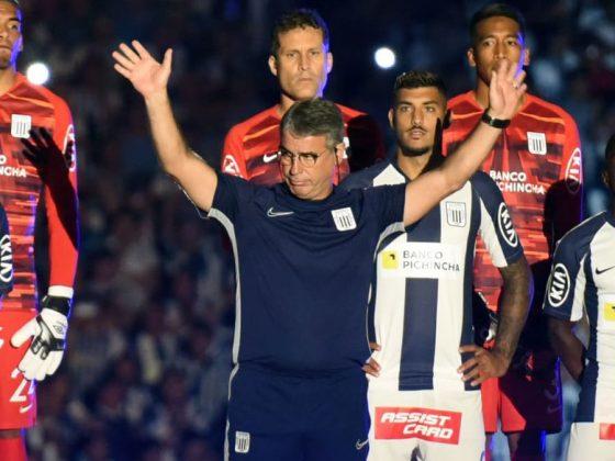 El técnico Bengoechea demostró que está en el 'bobo' del aficionado, al ingresar todos se pararon para aplaudirlo