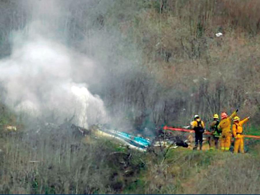 Helicóptero y los bomberos tratan de rescatar a algún superviviente. Pero nadie llega
