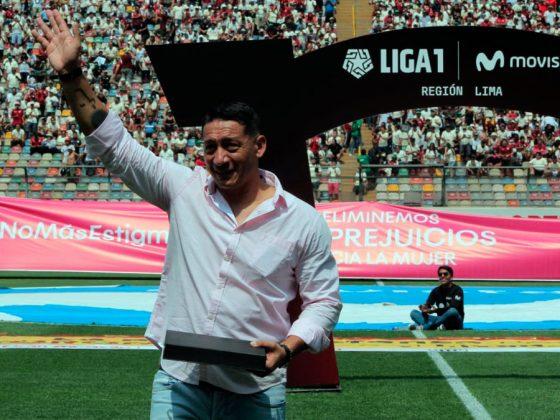 Merecido reconocimiento. El exjugador y defensa crema, Carlos Galván fue homenajeado y los hinchas volvieron a gritar su nombre en las cuatro tribunas del coloso de Ate.