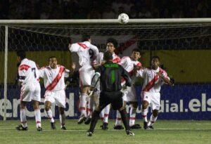 Zuñiga empezó la eliminatoria del 2002 junto a Claudio Pizarro en ataque